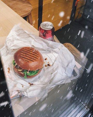 Бургер, в который ты влюбишься с первого укуса и ради которого ты будешь ждать окончания отпуска🌊 Зовут его - Cheese Duck и он божественен♥️