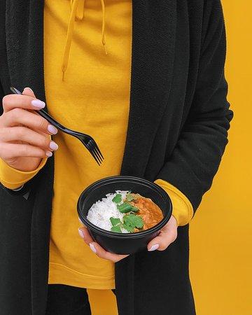 🍴На обед ешь наш Curry Duck на кокосовом молоке с уткой, имбирем и лемонграссом, с добавлением кари! Поверь, тебя любят таким, какой ты есть, но с нашим рисом гораааздо крепче♥️