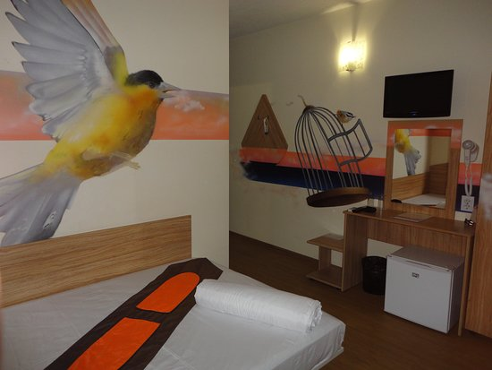 Sofía, Bulgaria: Art Hotel Simona has 18 double rooms comfortably equipped with one double bed or two single beds, flat screen TV with cable television, desk, air-conditioning, Wi-Fi internet connection, private bathroom. At reception are available iron and hairdryer