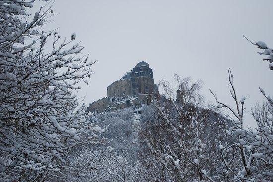 Sant'Ambrogio di Torino, Italy: La Sacra di san Michele, sotto la nevicata di qualche anno fa...
