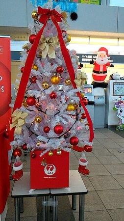 Asahikawa Airport General Information Center: 空港、JAL、ANAそれぞれのクリスマスツリー