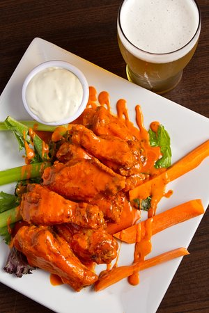 Holbrook, Νέα Υόρκη: Our signature wings hand-tossed and available in your choice of sauce!