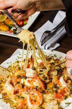 Holbrook, Νέα Υόρκη: Linguini Pescatore: Prince Edward Island mussels, jumbo shrimp, clams & calamari with fresh garlic & basil in a marinara sauce over linguini
