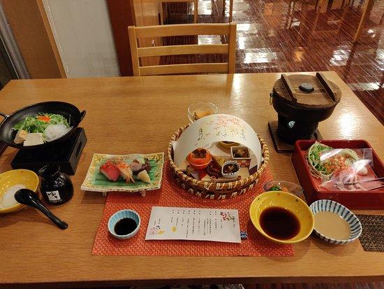 前菜、壽司,還有兩個鍋都是事先擺好,點火時間還是能通融一下,不用兼顧。
