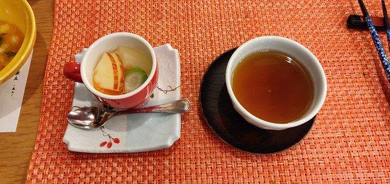 最後奉上水果杏仁豆腐,赤色杯子紅色蘋果非常中看,也好吃