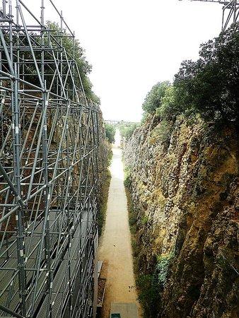 La Trinchera del Ferrocarril, una linea ferroviaria mineraria costruendo la quale si fece l'importante scoperta dei resti fossili di Atapuerca.