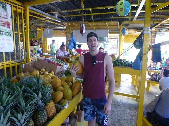 Recorrido para grupos pequeños por las zonas menos transitadas de la selva de El Yunque: Fruit market