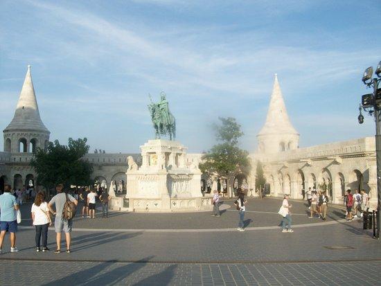 Budapest, Ungarn: La obra se encuentra en el Bastión de los Pescadores y representa la estatua ecuestre de bronce de San Esteban, rey de Hungría.