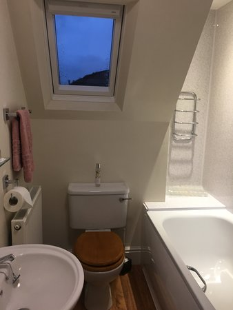 The Firs at Hay-on-Wye B&B: All rooms are en-suite. Some have a shower over the bath while others have a standalone shower cubicle.
