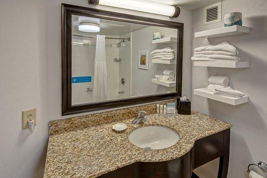 Hampton Inn Raleigh/Cary: Our guest room bathroom