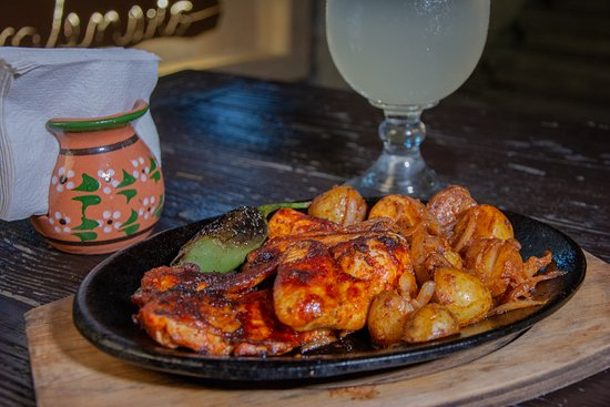 Nuevo Leon, المكسيك: POLLO A LA CUEVA Medio pollo con adobo de la casa y un toque de cerveza.