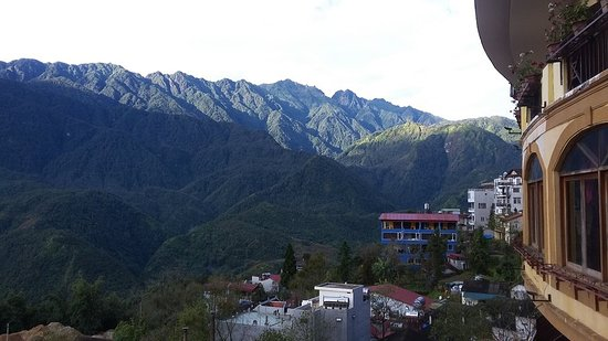 Chau Long Sapa 2 Hotel: Sau bao ngày sương mù dày đặc, thì giờ đây núi đã sát ngay vào ban công rồi.   A nice day, amazing view from balcony at chau long sapa hotel   #mountainview #chaulongsapa #chaulong2sapa #chaulongsapa2
