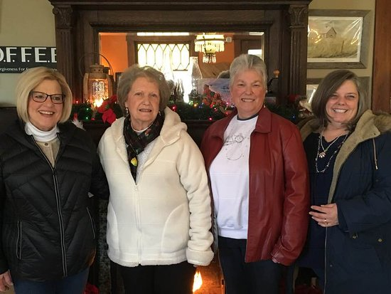 Peebles, Огайо: 4 friends visiting from the Cincinnati area.  We enjoyed the atmosphere and opportunity to relax a little between shopping stops!
