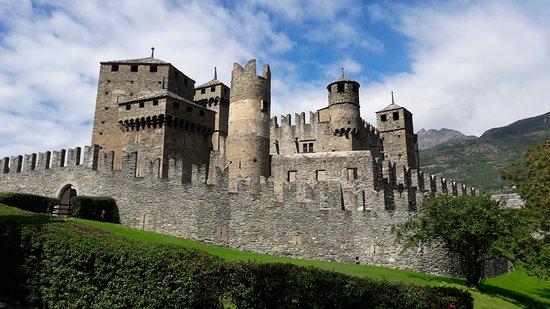 Fenis, อิตาลี: Il caratteristico castello medievale di Fénis, tra i più belli della Valle d'Aosta