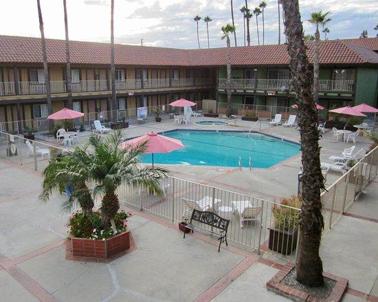 Норуолк, Калифорния: La piscine au centre de l'hôtel