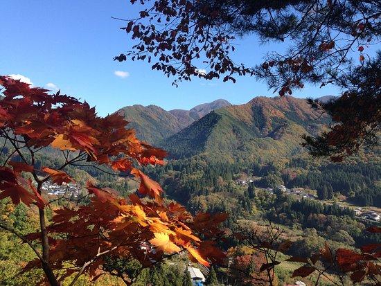 山形市, 山形県, 垂水遺跡の奥にある、城岩七岩からの眺めです。季節秋。ちょうど展望台のようになっています。柵などはなく、足を滑らせたら真っ逆さまです。