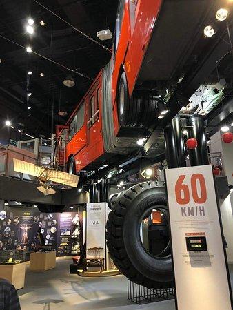 O ônibus fica suspenso por todo o comprimento do museu.