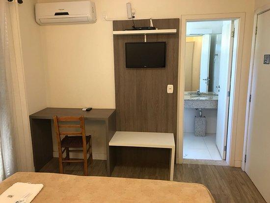 Parai, RS: Quartos climatizados com banheiro e televisão.