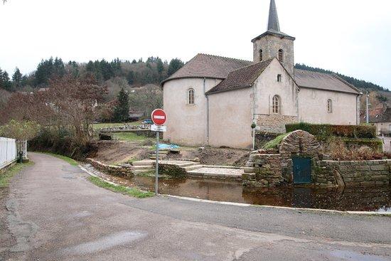 Autun - Couhard à 5 mn d'autun, L'église de Couhard, celle-ci a besoin d'une rénovation Vue extérieure de l'église