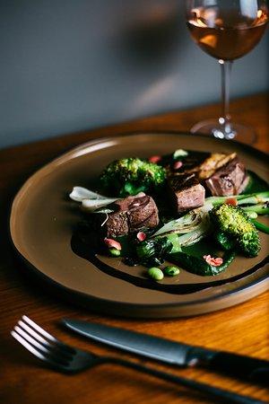 Faszénen sült kacsamell májával, párolt zöldségek Char-grilled duck breast & liver steamed vegetables