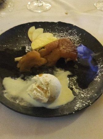 L'Huitriere: La cerise sur le gâteau ...la tarte Tatin flambée au Calvados et sa vanille Bourbon ...