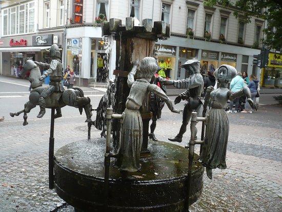 Puppenbrunnen: Der Puppen-Brunnen am Südwall.