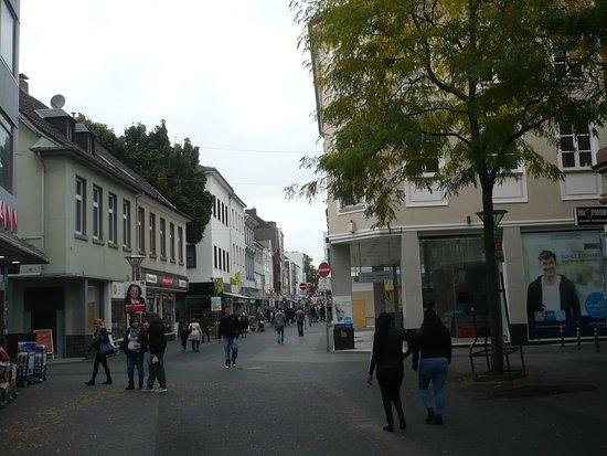 Puppenbrunnen: Auf der Einkaufstraße von Krefeld.