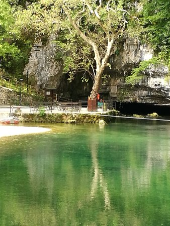 Le Grotte di Oliero ii provincia di Vicenza, situate nella valle del Brenta nel comune di Valstagna. Il tragitto all'interno della grotta viene fatto tramite una barchetta. Un'atmosfera affascinante!