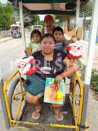 Tizimin, Messico: tipica famiglia messicana presa con le compere natalizie