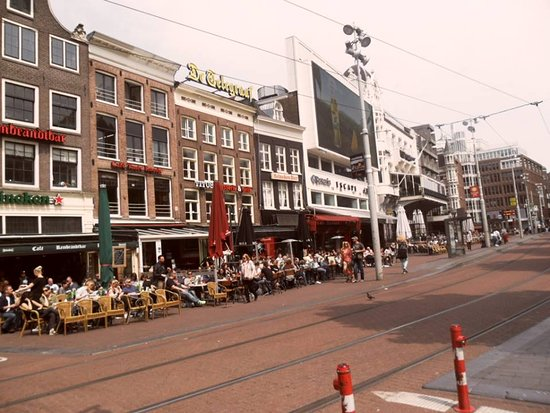Amsterdam, Pays-Bas : Rembrand square ( terrase, tram, restaurant)