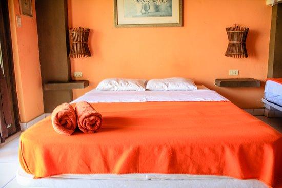 """El bungalow para 6 personas se denomina  """"Estrella de Mar"""" : consta de una cama doble y dos camarotes (4 camas), para una máximo de 6 personas. Asimismo, Tv con cable, ventilador de pie y de pared, agua caliente y frigobar. Baño con buenos acabados. Terraza con vista al jardín, con una hamaca y una silla """"perezosa"""". Foto 7"""