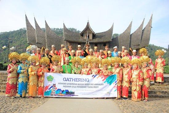 Padang, Indonezja: Ust Jogja photo bersama dengan pakaian adat Minangkabau di Istana Pagaruyung