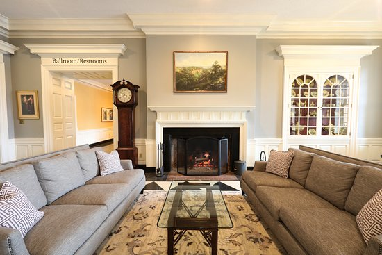 Natural Bridge Historic Hotel & Conference Center: Main Hotel Lobby Fireplace