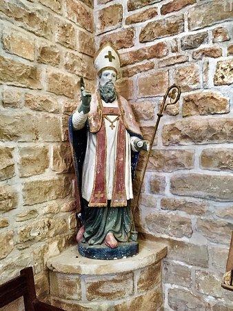 Rouille, France: Voila une superbe église, sa flèche domine la cité, le chœur et le transept ont été classés en 1935 par les Monuments Historiques. Des vitraux du 19ème et du 20ème éclairent cet édifice et méritent à eux seul une visite.
