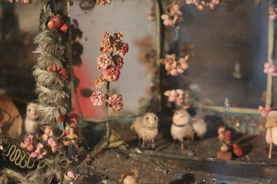 Autun : Visite extérieure de l'Évêché d' AUTUN  « Entre le bœuf et l'âne gris », exposition de créches datant des 18 et 19é Siécle.  Grande créche en cire habillée Nancy 18é Siécle