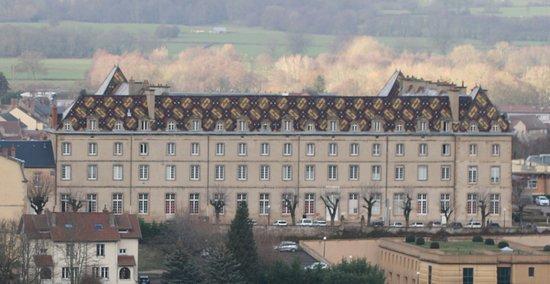 La toiture du cloître possède la plus grande superficie de tuiles vernissées en Bourgogne