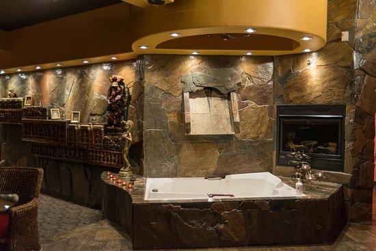 Mariaggi's Theme Suite Hotel & Spa: India - Waterfall Jacuzzi/Hot Tub