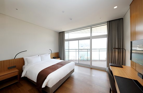 [Deluxe Double Room] - Beds : 1 Queen Bed - Occupancy : Standard 2 (Maximum 2) - View : Bukhan River View