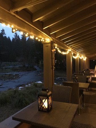 Longmire, WA: Lovely front porch with lanterns at night; during the day you have a great view of the mountain.