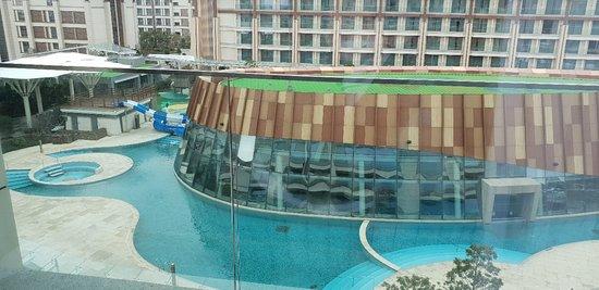 Landing Jeju Shinhwa World Hotels & Resorts: 제주 신화월드 랜딩관~ 아이가 있어서 퀸이랑 싱글침대가 있는 방으로 했는데 우선 바닥이 카펫이.아니라서 너무 좋네요. ^^ 너무 친절하고 아이용 어메니티 요구한 것도 다 설치되어 있어서 편안하네요~~^^