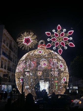 Марбелья, Испания: Pues ya está aquí la Navidad!!! Me han encantado las luces en San Pedro Alcántara. Sobretodo la bola por dentro, que chula