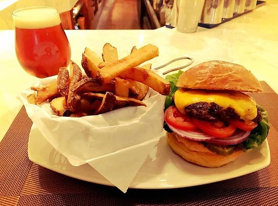 Verona, Нью-Джерси: Classic American smash burger, lettuce, tomato, red onion, AKB sauce, house-made fries
