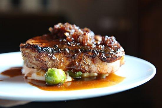 Verona, Нью-Джерси: Juniper cured pork chop, cheddar grits, Brussels sprouts, bacon apple jam, pork jus
