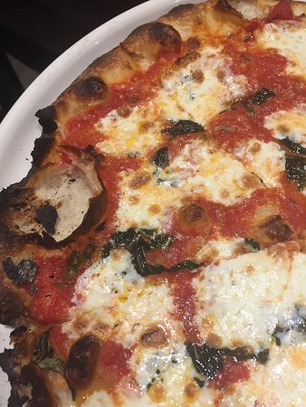 Manhasset, NY: Thin crust Margherita pizza