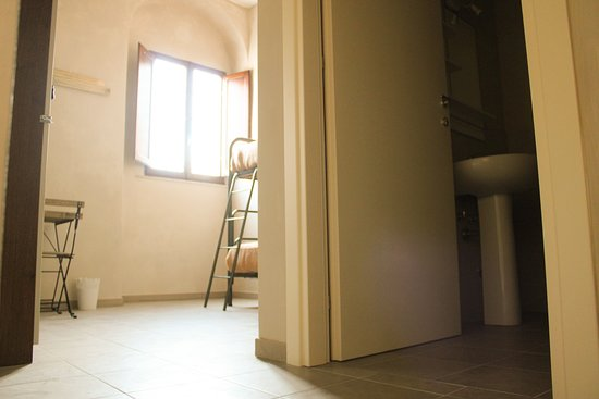 Madonna Dell'Acqua, Italy: Camera Mughetto al primo terra. Ideale per 2 persone con bagno privato e colazione inclusa.