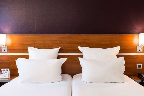 Linas, Frankreich: Guest room with two beds