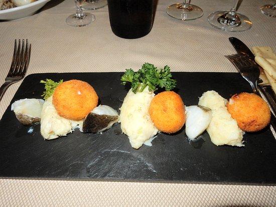 Torrimpietra, Italien: una bella presentazione di un piatto molto buono di polpette e baccalà