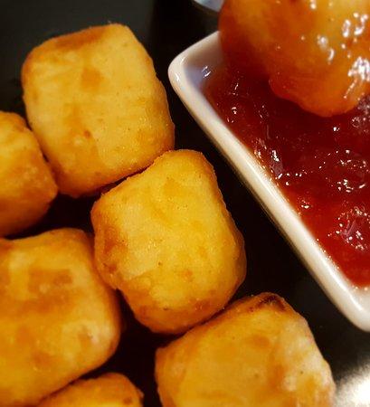 Queso fresco frito con mermelada de tomate.