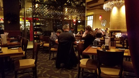 CRAVE American Kitchen & Sushi Bar: Dining room