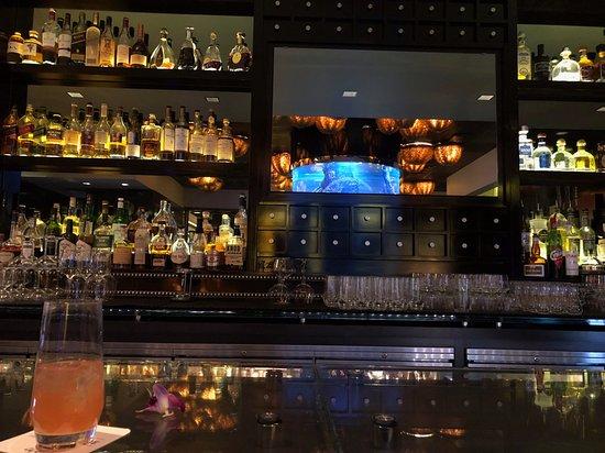 Atlantis Steakhouse at Atlantis Casino Resort Spa: Great bar just inside